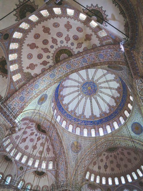 istanbulas,Turkija,mėlyna mečetė,kelionė,architektūra,miestas,turizmas,mečetė,pastatas,Europa,mėlynas,istorinis,žinomas,rytietiškas,Islamas,musulmonas,tradicinis,kultūra,istorinis,interjeras,lubos,stikliniai vitražai,lynai