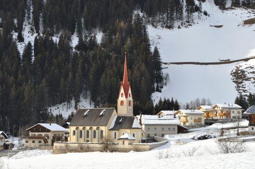 italy,kaimas,bažnyčia,pastatai,architektūra,miškas,medžiai,miškai,kraštovaizdis,žiema,sniegas,ledas,gamta,lauke,slėnis,Šalis,kaimas,kaimas