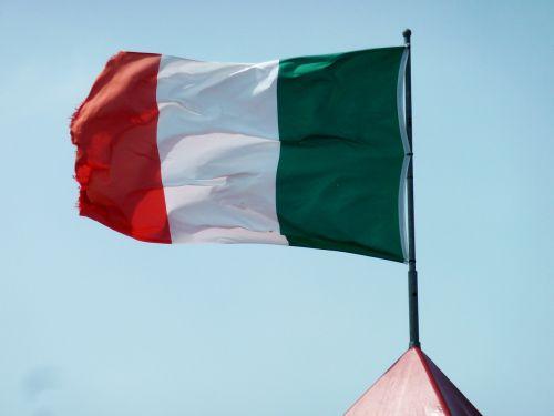 Italijos vėliava,vėliava,reklama,raudona,Italijos vėliava,Tautinė vėliava,namai,dangus,žalias,balta,italy,simbolis,vėjas,plazdėjimas
