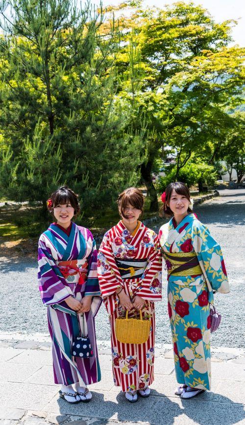 Japonija,kyoto,žmonės,asmuo,moterys,kimono,laimingas,jaunas,grupė,gyvenimo būdas,Draugystė,linksma,laimingi žmonės,mergaitė,Moteris,džiaugsmas,suaugusieji,kartu,įvairovė