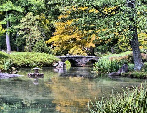 japoniškas sodas,akmeninis tiltas,tvenkinys,ramus,ežeras,natūralus,medžiai,kelias,taikus,ramus,rytietiškas,lauke,kultūra,architektūra,lauke,sodininkystė,takas,pėsčiųjų takas,takas,scena,vaikščioti,atspindys,pavasaris