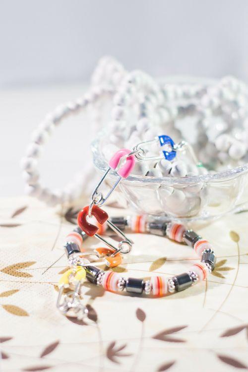 brangakmenis,papuošalai,apyrankės,šviesa,karoliai,karoliukai,medžio karoliukai,stikliniai karoliukai,stiklo indas