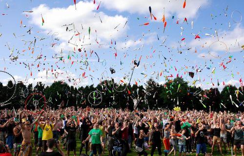 žonglierius,žonglieriai,išmesti,žongliravimo klubas,žongliruoti,gatvės menininkai,žongliravimas,žongliravimo kamuoliai,3 žiūrovų kamuolys,spalvoti rutuliai,rutuliai,akrobatika,spalvingi rutuliai,unicycle,Poi,diabolo,žiedai,klubai,žmonių grupė,klounas,dangus,debesys,vasara,linksma,Sportas