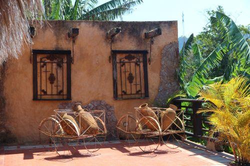 ąsočiai,vežimėlis,raudona plyta,grotelės,gamta