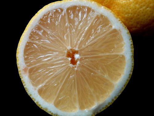sultingas,rūgštus,tropiniai vaisiai,atogrąžų vaisiai,vitaminas,vitamino C,turtingas vitaminais,balta,citrina,citrinos pusės,citrusiniai,Citrusinis vaisius