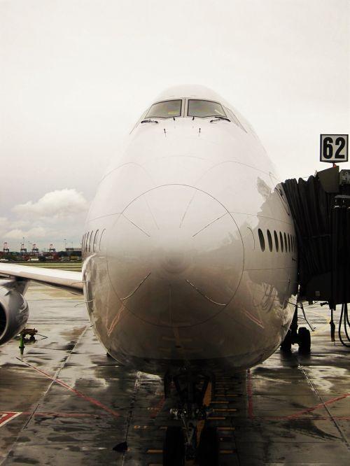 jumbo jet,prijungtas,lufthansa 747-830 lower saxony,oro uostas,orlaivis,kelionė,skristi,jumbo,reaktyvinis,lėktuvas,šventė,skrajutė,keleiviniai orlaiviai,lufthansa,Boeing 747,kabinos,aviacija,prijungtas jumbo jet,ant piršto,keleivių įlaipinimo tiltas,eismas,Boeing 747,lufthansa 747-830,lh747-830,lh