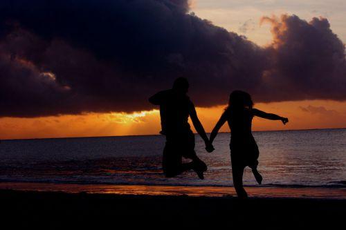 saulėlydis, šokinėti, bamburis, papludimys, pajūryje, šventė, pora, romantiškas, saulė, debesys, vandenynas, šokinėti