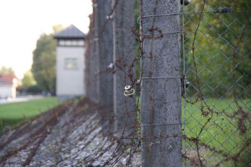teisingumas,integracija,įsilaužimas,Dachau koncentracijos stovykla,elektrinė tvora