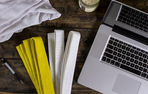 karatė,kovų menai,kompiuteris,stalas,rinkodara,turgus,socialinė žiniasklaida,diržas,Juodas diržas,baltas diržas,karatė diržas,kung-fu,rašiklis,tablėtė,mac,ipad,iphone,mediena,kaimiškas,kavinė,kava,parduotuvė,darbas,darbo,žiniasklaida,Redaguoti,redagavimas,klaviatūra,dizainas,technologija,verslas,biuras,internetas,pc,butas,nešiojamas kompiuteris,nešiojamojo kompiuterio,ekranas,skaitmeninis,įranga,darbo vieta,redaktorius,kūrybingas,stebėti,stalinis kompiuteris,profesionalus