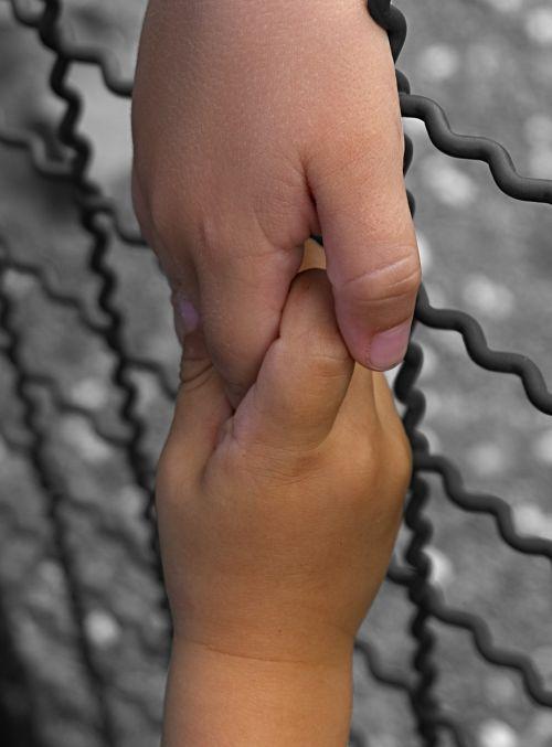 laikyti rankas,purtant rankas,vaiko rankos,mažas vaikas,susitikimas,įveikti,tvora,sienos,pirštas,vaikai,harmonija,Draugystė