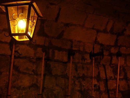 keller,skydas,halberds,lempa,šviesa,tamsi