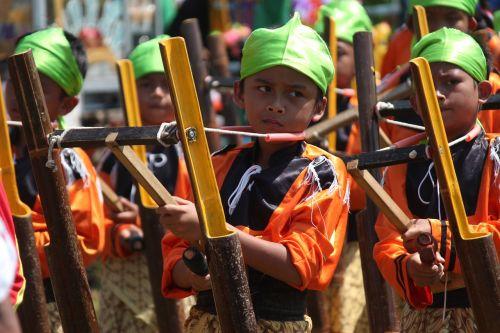 kentonganas, vaikai, groja muziką, Tradicinė muzika, Indonezijos muzika, angklung, indonesian, java, muzika, tradicinis, įrankis