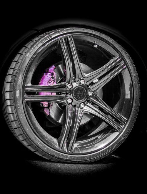 bord,kraštas,ratas,padanga,juoda,automobilis,sunkvežimis,automobiliai,automobilis,fonas,spinduliai,judėjimas,vairuoti,greitai,greitai,industria,greitis,plienas,diskas