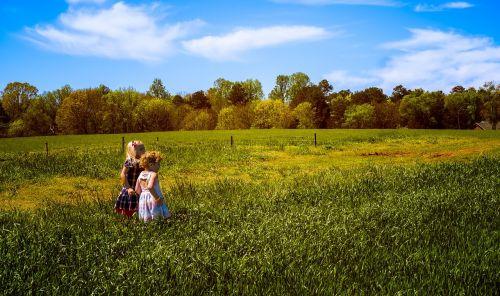 vaikai,laukas,vasara,lauke,gamta,laimingi žmonės,mažai,kartu,mergaitė,žaisti,džiaugsmas,žalias,aktyvus,sveikas,vaikystę