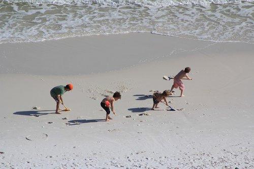 vaikai darbo, vaikai ant paplūdimio, smėlis, papludimys, vasara, atostogos, komandinis darbas, imtis veiksmų, vaikai žaidžia, vasaros atostogos, linksma, vaikai