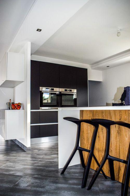 virtuvė,moderni virtuvė,virtuvė nordic,pramoninis dekoravimas,šiuolaikiška,atvira virtuvė,modernus stilius,virtuvė matinė juoda,darbo planas,modernus namas,dizainas