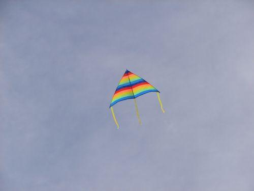 aitvaras,debesys,dangus,skristi,vasara,lauke,linksma,veikla,vaivorykštė,lauko veikla,vaikystę,vaikai žaidžia