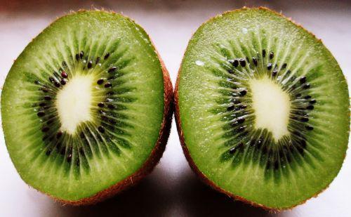 kivi,vaisiai,turtingumas,pietų vaisiai,šviežias,žalias,gamta,vitaminai,vaisiaus vidus,valgymas,sveika mityba,pusė,šviežumas,sveika mityba,supjaustytas,vienas vaisių gabalas,mityba,maistas