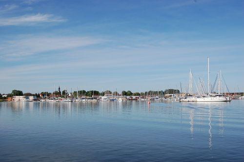 kröslin,uostas,marina,valtys,buriu,burių stiebai,laivai,laivai uosto,burlaiviai,vanduo,jachtos,kateris,valčių stiebai,mėlynas,nuotaika,jachta,laivo uostas,veidrodis,stiebai,dangus,saulė,kranto,šventė,tylus