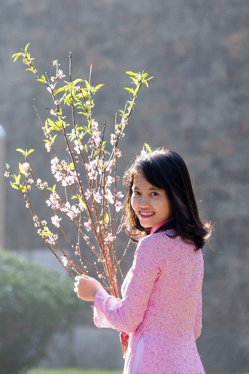 Lady, Hanojus mergina, šviesus šypsena, mergina modelis, Hanojus-vietnamas, ankstus rytas, rožinis, persikų gėlių, persikų žiedas, Hanoi Old Quarter