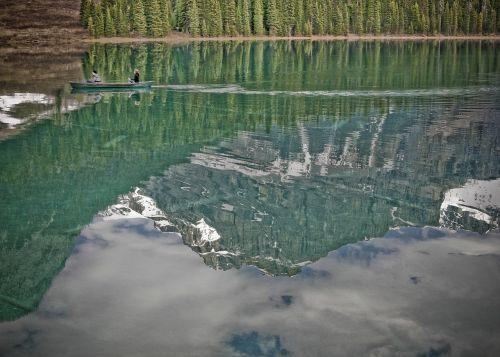 ežeras,kalnų scena,miškas,medžiai,kraštovaizdis,gamta,kalnas,scena,dangus,vanduo,mėlynas,peizažas,atspindys,piko,vaizdingas,žalias,ramus,lauke,sniegas,debesis,eilinė valtis,turistai,vasara,Kanada