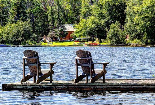 ežeras,namelis,kėdės,vanduo,gamta,atostogos,kajutė,taikus,prieplauka,ramus,vasara,atsipalaidavimas,lauke
