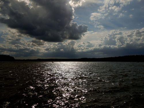 ežeras,vanduo,tamsūs debesys,dangaus nuotaika,tamsus dangus,debesų formacijos