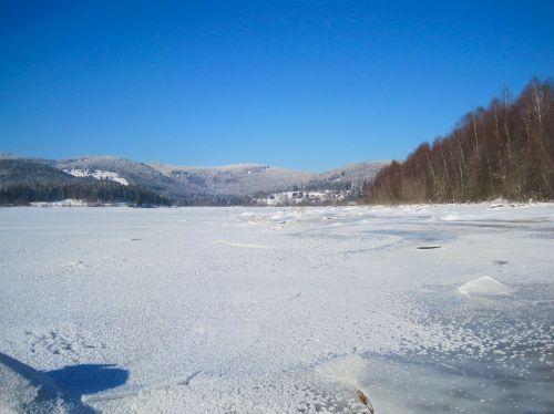 ežeras,sušaldyta,kalnai,dangus,miškas,medžiai,vanduo,žiema,sniegas,ledas,gamta,lauke,Šalis,kaimas,gražus,taikus