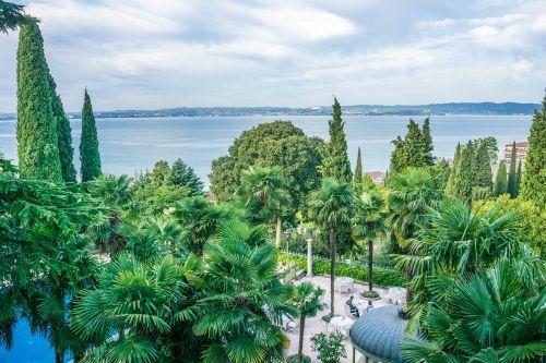 ežero garda,italy,Europa,kelionė,turizmas,vanduo,sirmione,vasara,vaizdas,atostogos,kraštovaizdis,lauke,saulėtas,peizažas,dangus,gamta,saulėtas dangus,grazus krastovaizdis,valgymo vieta