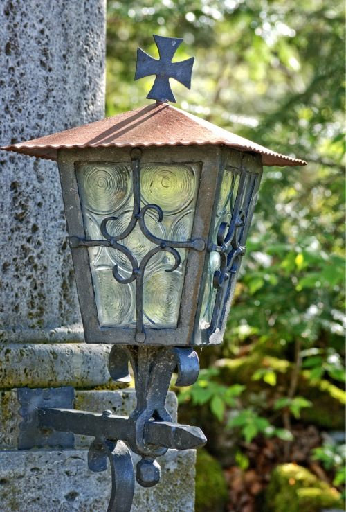 lempa,apšvietimas,šviesa,žibintas,žvakidė,lauke,senas,pasibaigęs galiojimas,kalvotas geležis,nostalgija,metalas,Senovinis,kalvystė,rimta šviesa,memorialinė šviesa,metalinis kryžius,istoriškai