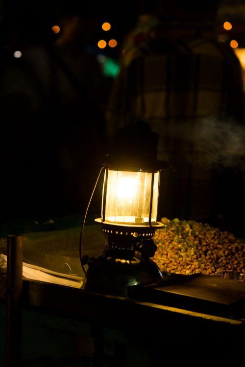 lempa,šviesa,žibalo lempa,aliejinė lempa,žibintas,gatvės šviesos,apšviesti,naktis,kelias,gatvė
