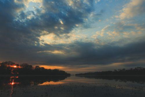 kraštovaizdis,upė,miškas,gamta,kelionė,saulėlydis,kalnai,dangus,debesys,vasara,grožis gamtoje,upės krantas,vanduo,papludimys,atspindys vandenyje,rami upė,vaikščioti,atspindys,mažoji upė,tyla,turizmas,vakaras