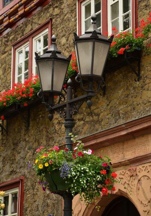 žibintas,gatvės lempa,gėlių dekoracijos,apšvietimas,istorinis gatvių apšvietimas,Senamiestis,šviesa,gatvės apšvietimas,schmiedeeisern,architektūra