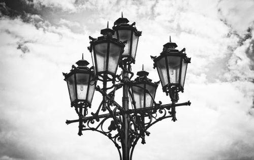 žibintas,lempa,gatvė,šviesa,dekoratyvinė lempa,žibintai,gatvės lempa,šviesti,apšvietimas,dangus,paminklas,nuotaika,žibintai,senas,lemputė,senamiestis,pakaitinė lempa,juoda ir balta