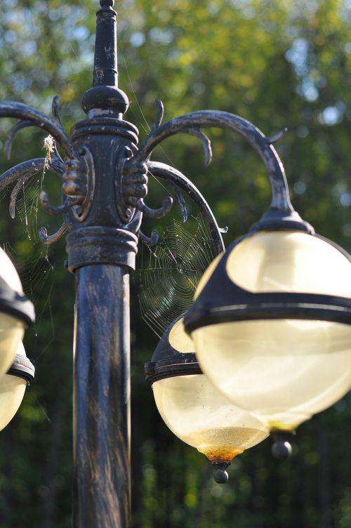 žibintas,gatvės lempa,lemputė,lempa,gatvė,apšvietimas,gatvės šviesos,gatvės lempa,lempos stulpas,elektra,elektrinis,pole,pranešimas,lauke