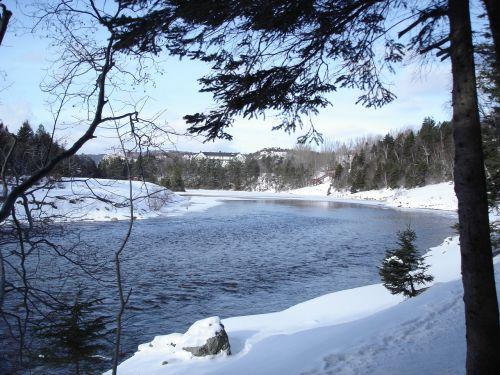 Juokėsi Sniegu, Sniegas Su Medžiu, Kraštovaizdis Su Upe