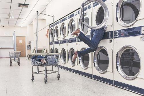 skalbiniai,Skalbimo mašinos,namų šeimininkė,namų ūkis,skalbykla,moteris,juokinga,avarija,žmonės,Skalbinių krepšys,skalbyklė,ploviklis,problema