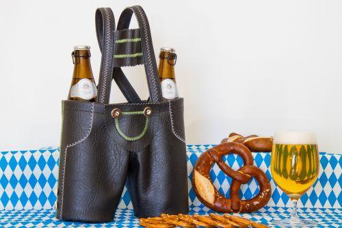 Odinės kelnės,alus,baras,gerti,tradicija,švesti,po darbo,mėgautis,alaus darykla,keramzelės,alaus stiklo,keramzelis,mėlyna balta,alaus putos,prost,juokinga,linksma nuotaika,alkoholis,brezl bavarijos tradicija,Eggenberg alus