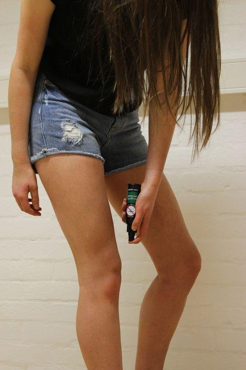 kojos,mergaitė,inkognito,priemonė atbaidanti vabzdžius,uodinys,kovos nuo uodų,šventė,atostogos,užsienyje,apsauga,nemalonumas,džinsas,šortai