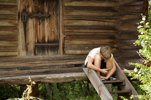 leksand,rąstinis namelis,į pietus,sandėlis,vasara,liaudies,berniukas su telefonu,vaikai,berniukas,berniukas ant laiptų