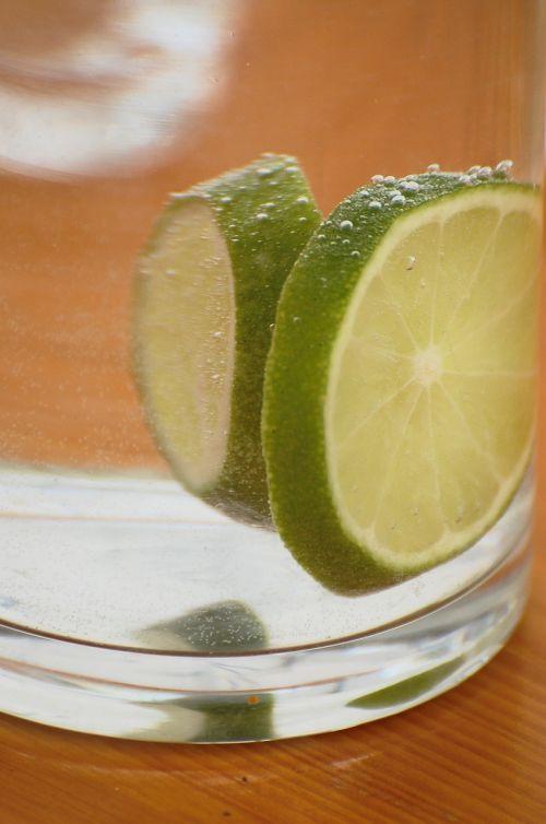 citrina,stiklas,mineralinis vanduo,anglies rūgštis,gerti,rūgštus,troškulys,pūslelinė,atsipalaidavimas,citrinos gabaliukas
