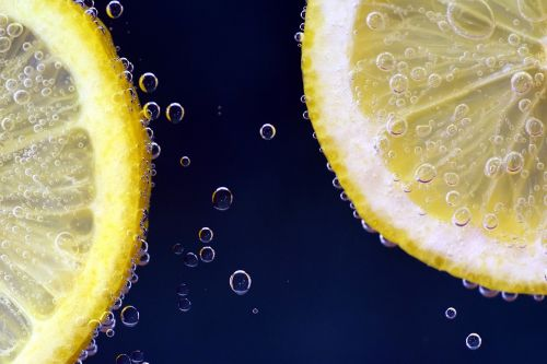 citrina,citrina po vandeniu,limonadas,gerti,troškulys,atsipalaidavimas,skanus,povandeninis,oro burbuliukai,dujiniai burbuliukai,gražus,Uždaryti,skanus,citrinų skiltelės,geltona,rūgštus,vitamino C,vaisiai,vitaminai,blubber,frisch