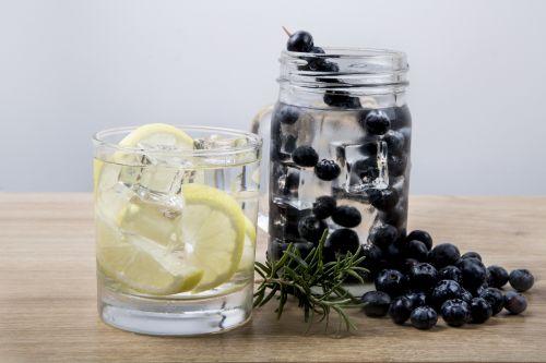 citrina, limonadas, vanduo, detoksikacija, kokteilis, gerti, pavasaris, mėtų, stiklas, citrusiniai, balzamas, ledas, augalas, vaisiai, fonas, alkoholinis, ne, apdaila, šaltas, stalas, gabaliukas, natūralus, atogrąžų, žalias, skystas, saldus, gėrimas, geltona, kalkės, lapai, vasara, šviesa, limonadas su citrina ir mėlynės