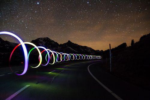 lengvas grafiti,kelias,sulėtinti,lengviau,Vairuok lėtai,Žvaigždėtas dangus,dangus,ilga ekspozicija,miestas,Šveicarija,Gurnigel,gantrisch,naktis,žvaigždė,visi,erdvė,paukščių takas,visata,astro,galaktika,vakaras,twilight