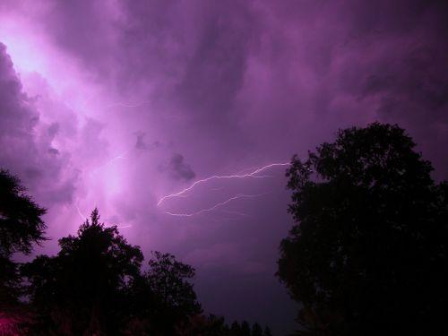 žaibas,oras šviesos,audra,tamsi,debesys,įspūdingas,purpurinis oras,purpuriniai debesys,šviesa,energija,gamtos jėgos,miškas,naktis,oras,baisu