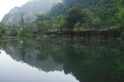 kalkakmenio kalvos,kalkakmenis,kalvos,gamta,kraštovaizdis,ežeras,Malaizija,perak,ekologija,atspindys