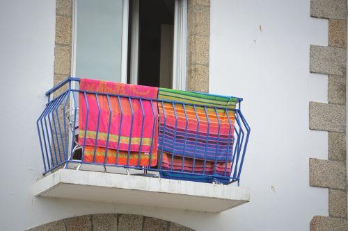 Linas, rankšluosčiai, balkonas, langas, spalvos, miestas, miesto, džiovinimas, balkonas
