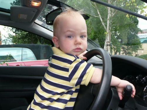 berniukas, gražus, vaikas, šypsena, mielas & nbsp, baltos spalvos berniukas, vairuotojas, automobilis, laimingas, spalvingas & nbsp, vaiko berniukas & nbsp, berniukas, maža 2 metų berniukas vairuoja automobilį