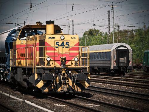 lokomotyvas,traukinys,geležinkelis,loco,atrodė,transportas,industrija,geležinkelių transportas,deutsche bahn,geležinkelio bėgiai,prekės,krovininis transportas,krovininis vagonas,trasa,db,eismas