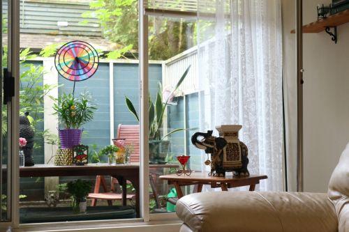 žiūri, per, balkonas, langas, galinis kiemas, vasara, vėjas, malūnas, spalva, augalai, porcelianas, dramblys, gėlių vazonai, žiūri per langą